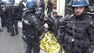 Gilets jaunes. Acte VI. Secourue par la Gendarmerie Mobile. Paris/France - 22 Décembre 2018