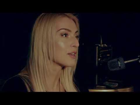 Почему дама с таким шикарным голосом поёт в электричке?
