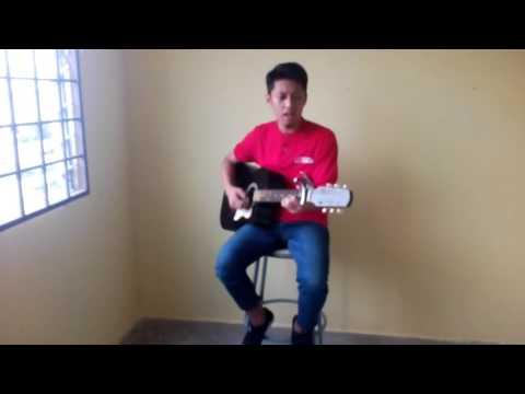 Cowok main gitar sambil nyanyi keren.😄😄