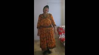 Une grande mère Kabyle qui danse à merveille.. Arwits 😍