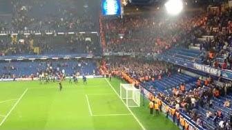 Mannschaft und Fans nach dem Chelsea-Spiel