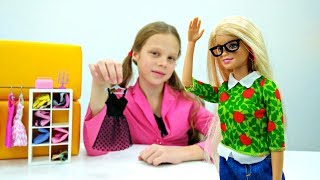 Игры одевалки: Барби выбирает новую одежду в магазине