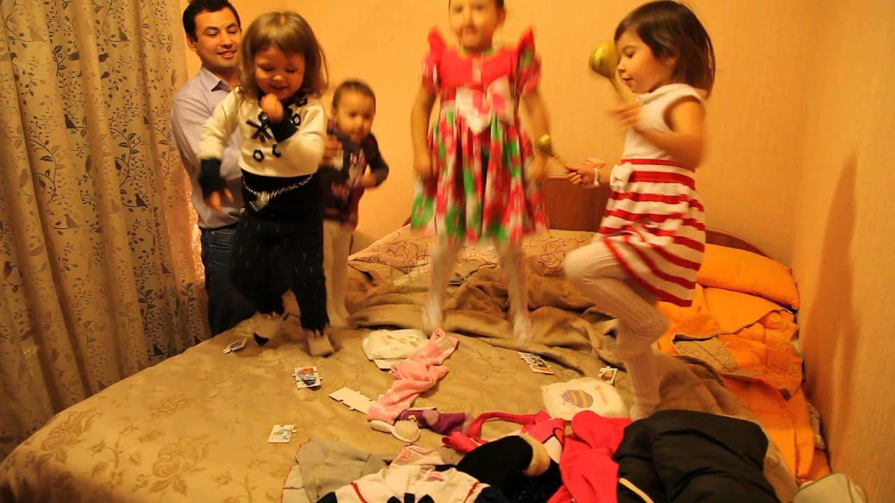 Фото детей прыгающих на диване 78