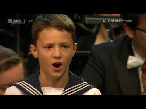 Solist der Wiener Sängerknaben singt