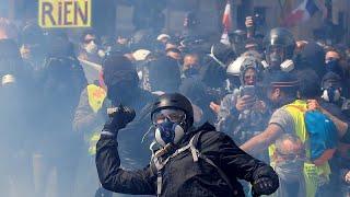 Paris: Mauerstücke auf Polizeiwagen