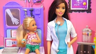 Chelsea at the Doctor ! Toys and Dolls Pretend Play for Kids with Playmobil Playground | SWTAD