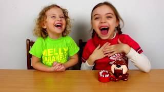 Multa Galagie si Mult Entuziasm la Jocul CAINELE RAU   Melissa vs Jasmina Show