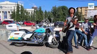 Музыкант из Японии играет на гитаре в Первомайском сквере, 17 августа 2017