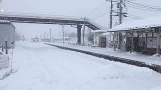 雪をかきながら会津坂下駅に到着する只見線