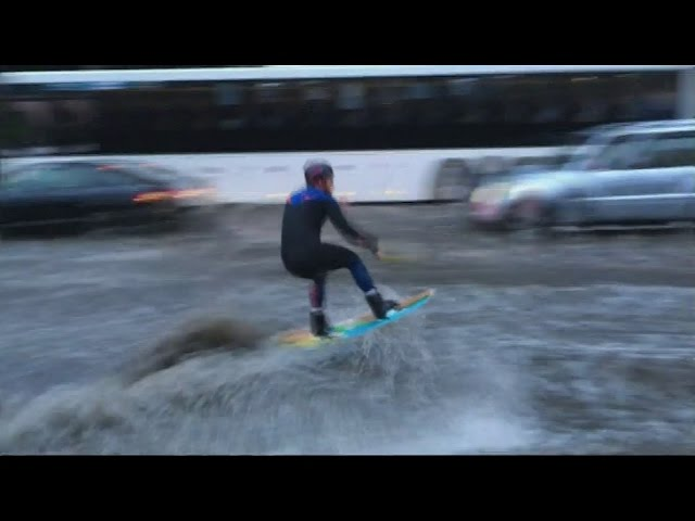 Aprovecha la inundación en Moscú para salir a 'surfear'