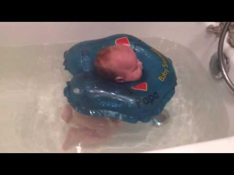 Купание ребенка в ванной с кругом.