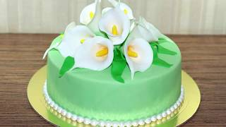 Торт свадебный мастичный, украшенный букетом белых калл