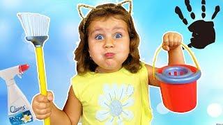 Милана помогает маме убирать в доме Забавные игры с игрушками Видео для детей