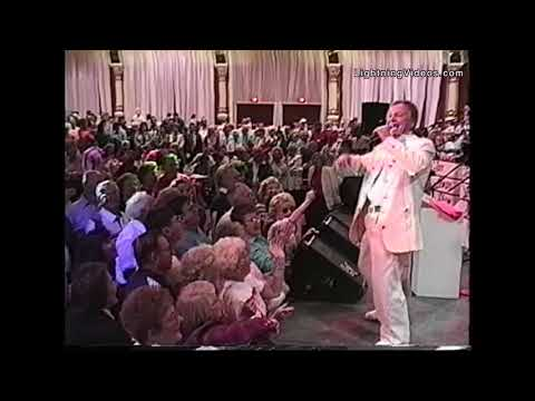 Jan Lewan sings