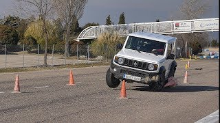 Suzuki Jimny 2019 - Maniobra de esquiva (moose test) y eslalon | km77.com thumbnail