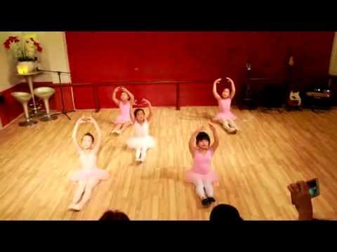 Trung tâm âm nhạc và nghệ thuật Sonata - tiết mục múa ballet lớp cô Đoan Trinh