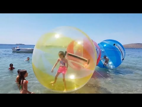 DEV DENİZ TOPUNA GİRDİM BENİ DENİZE İTTİLER GETTING TO GIANT SEA BALL, Kid video