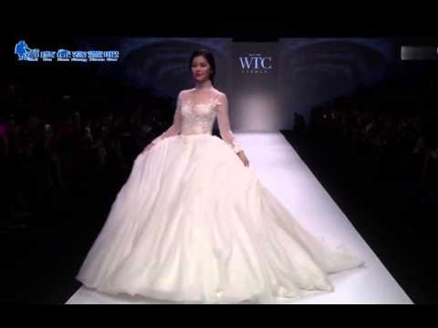 Model in wedding dress falls down during Shanghai Fashion Week 2015