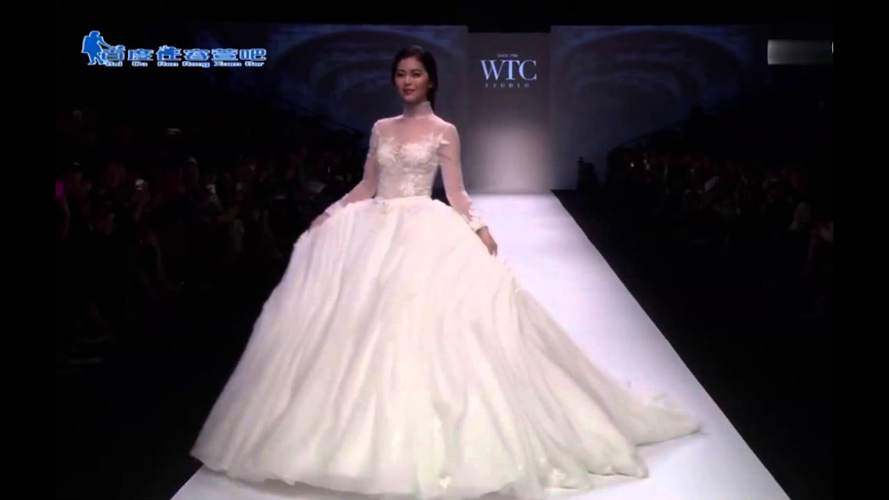 Model In Wedding Dress Falls Down During Shanghai Fashion Week 2017
