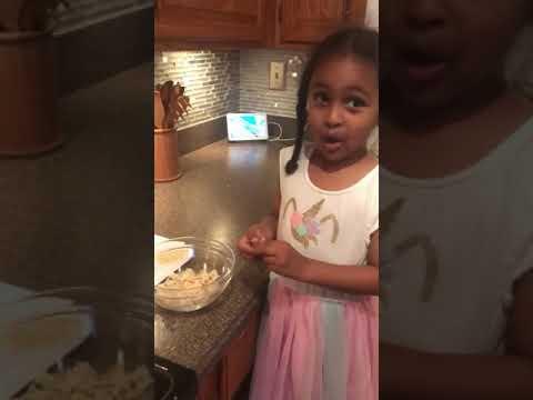 Ethiopian food / Eduye helping mommy make yekita firfir part 2