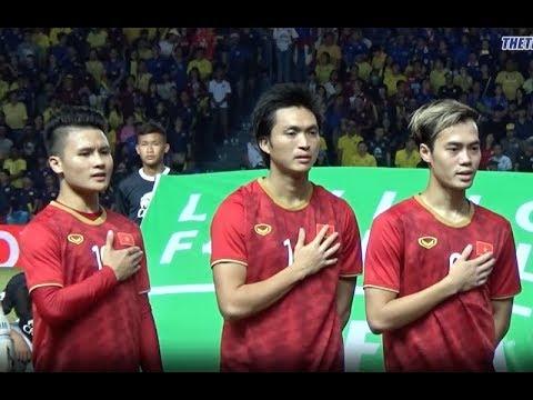 Màn hát quốc ca đầy hào hùng của đội tuyển Việt Nam trước hàng vạn khán giả Thái Lan
