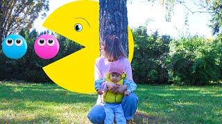 Арина играет в игру Pac-Man | PACMAN в реальной жизни ХОЧЕТ съесть маму и Арину