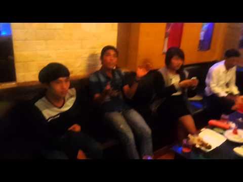 nữ sinh ăn chơi đập đá trong karaoke