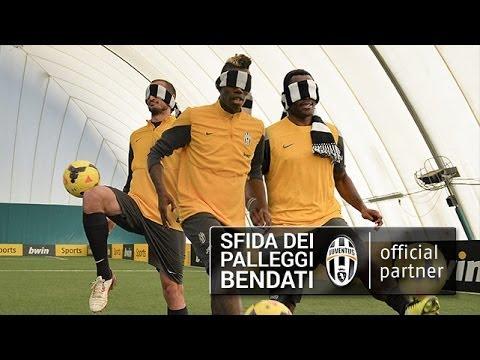 I giocatori della Juventus nella sfida dei palleggi bendati