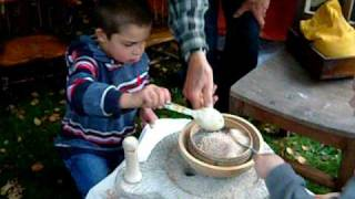 Download lagu Grinding Flour with a Quern
