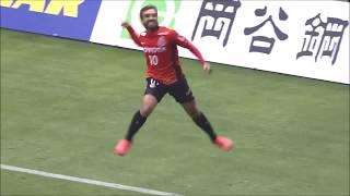 PA内でクリアボールを拾ったガブリエル シャビエル(名古屋)が自ら右足...