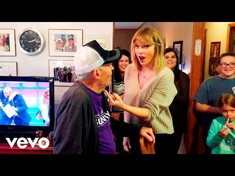 [HD] Taylor Swift - Shake It Off (Acoustic Surprise Performance)