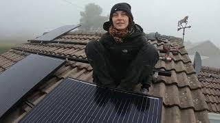samodzielna instalacja PV, mocowanie szyn do haków i montaż paneli - dachówka