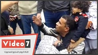 مواطن يقطع شارع الإسعاف برفقة أطفاله اعتراضاً على تجاهل المسئولين لشكواه