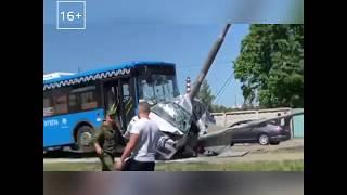 Смотреть видео Авария возле Фуд Сити | Рейсовый автобус вмял автомобиль в фонарный столб — Москва 24 онлайн