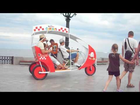 Трехколесный велосипед с крышей для перевозки пассажиров