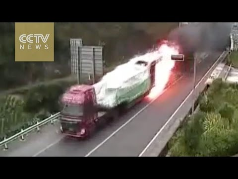 Download Youtube: Truck catches fire in tunnel, driver avoids catastrophe