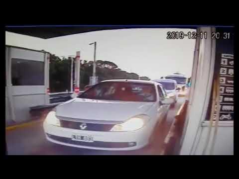 Un camión embistió a una fila de autos en un peaje de Córdoba