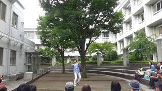 2年生によるフラワースティックの演技です。 湘南高校中庭にて。