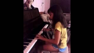 девочка прекрасно играет на пианино