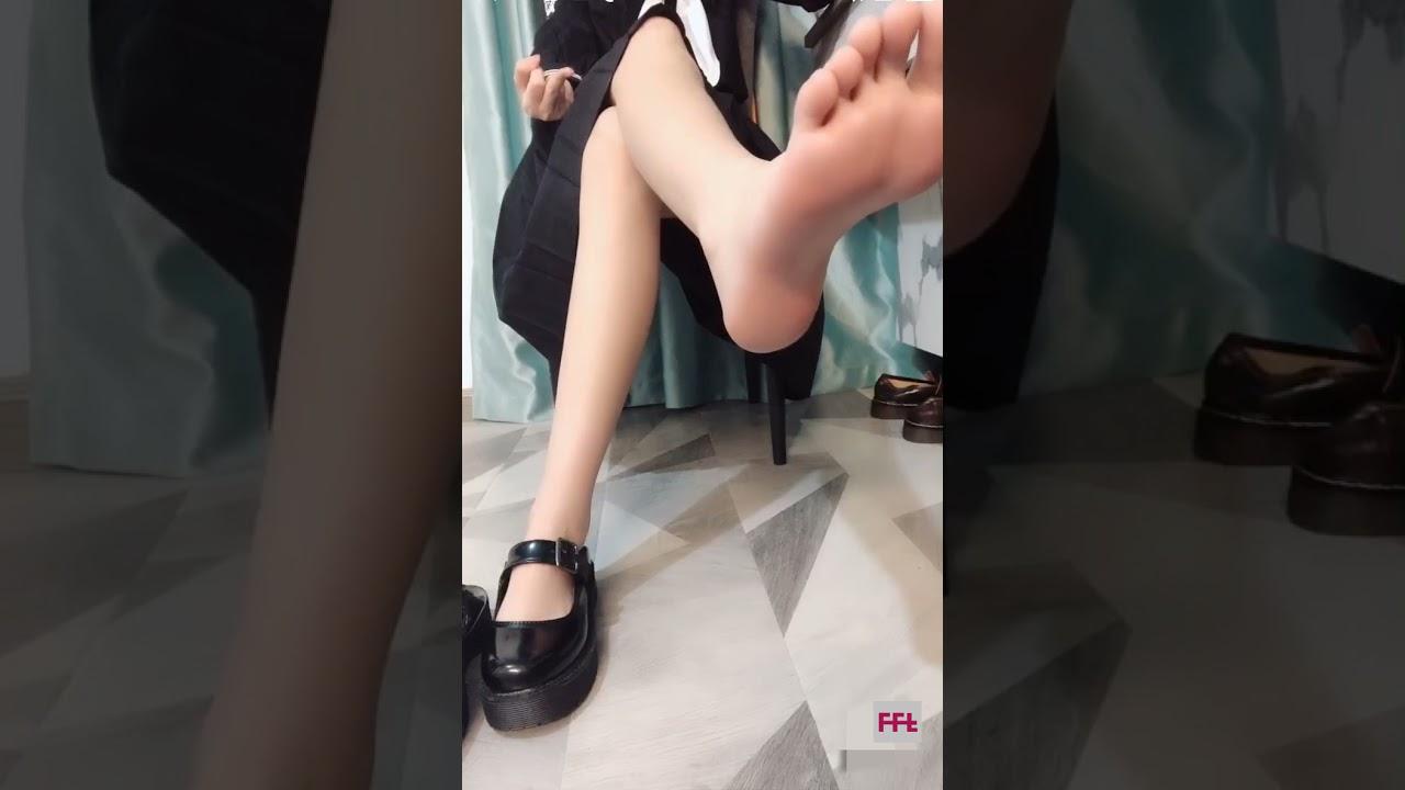 Loli style feet soles show