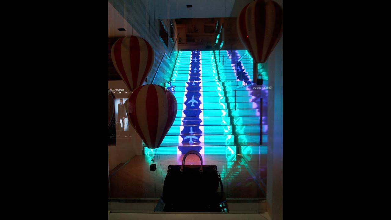 Un monitor escalera como una pantalla led led stair for Apliques de led para escaleras