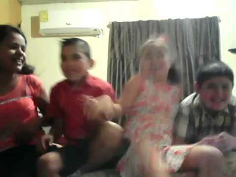 Con mis primos,jugando de bajo de mi cama