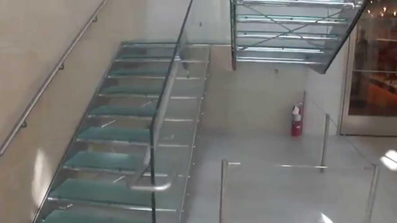 Escalera de acero inoxidable y vidrio en el Museo ...