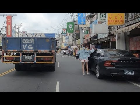 停在車道上的車