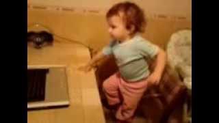 Просмотр видео клипов на ютубе маленькой девочкой(дочка танцует при просмотре видео про животных., 2013-01-10T20:20:24.000Z)