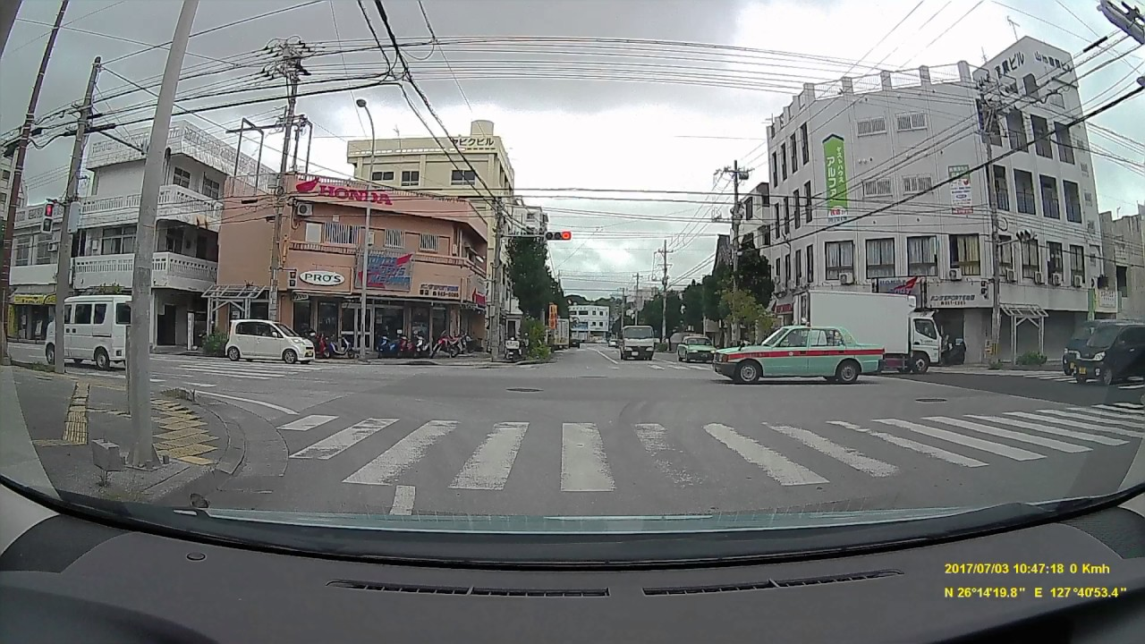 【ドライブレコーダー映像】普通に走行しているタクシーに原付バイクが突っ込み、バイクの運転手が起き上がらない…