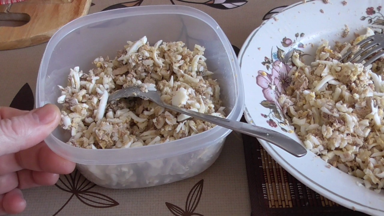 Салат с рисом и рыбными консервами. Salad with rice and canned fish.
