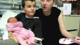 The SUN England 13 jähriger Junge Papa und Mama 15 spielen mit ihre Tochter