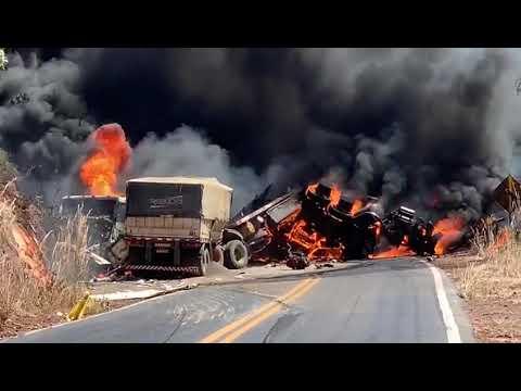 Veja o video Carretas explodem em acidente na BR-135 e pista é totalmente interditada