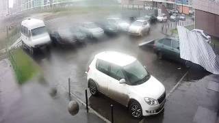 В Академическом из-за сильного ветра на машины улетел металлический забор